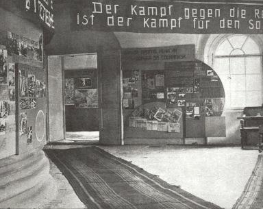 Έκθεση με σλόγκαν στα γερμανικά και στα ρωσικά: «Η πάλη ενάντια στη θρησκεία είναι πάλη για τον σοσιαλισμό».
