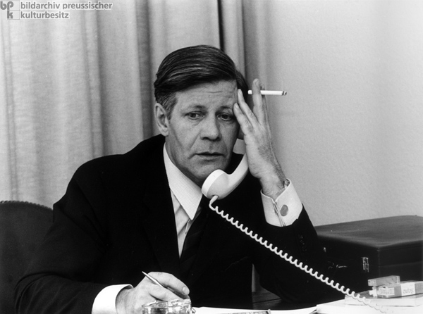 Helmut-Schmidt-and-cigarette