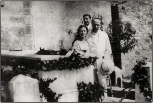 Ο Άγγελος Σικελιανός με την Εύα, στον τάφο του Βαλαωρίτη