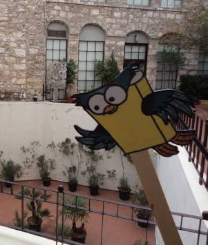 """Η Σοφία, η κουκουβάγια-μασκώτ της διοργάνωσης, στο χώρο του συνεδρίου - Sophia, the owl, at """"Melina Cultural Center"""", the convention venue"""