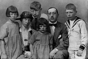 Igor et Catherine Strawinsky et leurs enfants, photo passeport. 1920