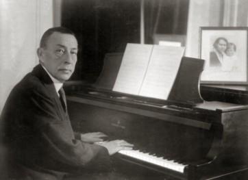 Rachmaninoff_playing_Steinway_grand_piano
