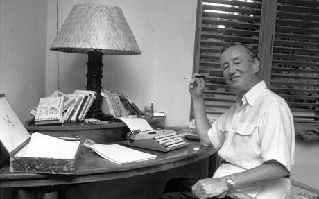 Ο Fleming στο γραφείο του, στο Goldeneye (Photo by Harry Benson/Express Newspapers/Getty Images)