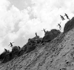 Παιδιά στην κατασκήνωση Belle-Île-en-Mer πηδάνε στον αμμόλοφο του Donnant c.1937. © Pierre Jamet © collection Corinne Jamet
