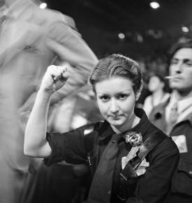 Γιορτή της Humanité. Ισπανίδα αγωνίστρια Garches (Hauts-de-Seine), 1936. Φωτογραφία του Marcel Cerf (1911-2010). Bibliothèque historique de la Ville de Paris. © Marcel Cerf / BHVP / Roger-Viollet