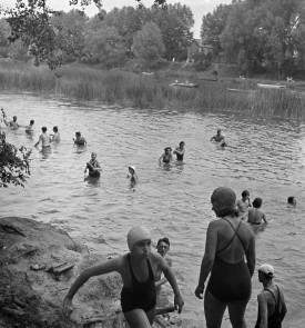 Σωματείο « Camping και Πολιτισμός ». To μπάνιο. 1936-1938. Φωτογραφία του Marcel Cerf (1911-2010). Bibliothèque historique de la Ville de Paris. © Marcel Cerf / BHVP / Roger-Viollet