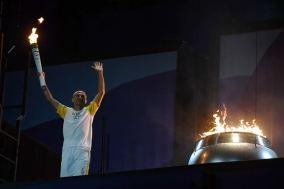 de Lima lights the cauldron