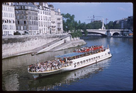 Sightseeing-barge-above-Ile-de-la-Cite
