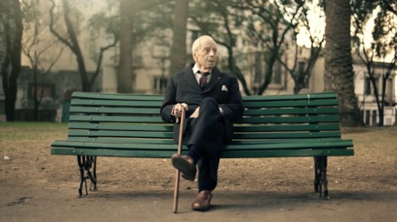 Borges_on_park_bench_8in