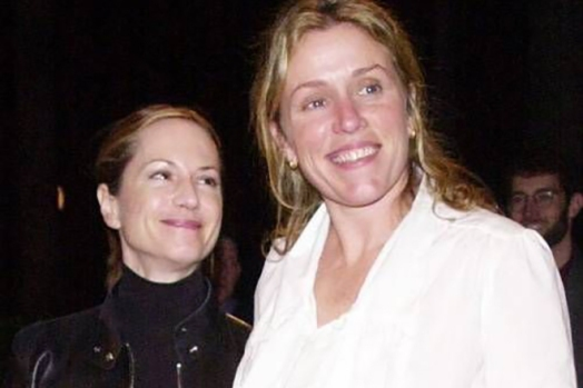Με τη φίλη της Χόλυ Χάντερ, η οποία την έσπρωξε να πάει να περάσει από ακρόαση για το «Μόνο Αίμα», των περίπου άγνωστων τότε Κοέν.