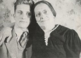Kirk-Douglas-With-His-Mother-On-Right